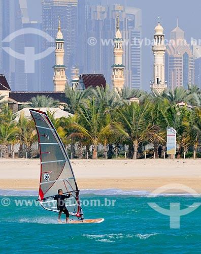 Assunto: Windsurf na Praia de Jumeirah com minaretes ao fundo / Local: Jumeirah - Dubai - Emirados Árabes Unidos - Ásia / Data: 02/2011