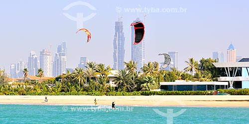 Assunto: Kitesurf na Praia de Jumeirah com prédios ao fundo / Local: Jumeirah - Dubai - Emirados Árabes Unidos - Ásia / Data: 02/2011