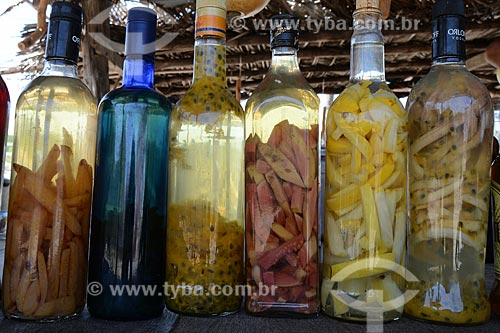 Assunto: Cachaças com frutas em conserva, à venda em barraca do povoado deMandacaru / Local: Barreirinhas - Maranhão (MA) - Brasil / Data: 10/2012