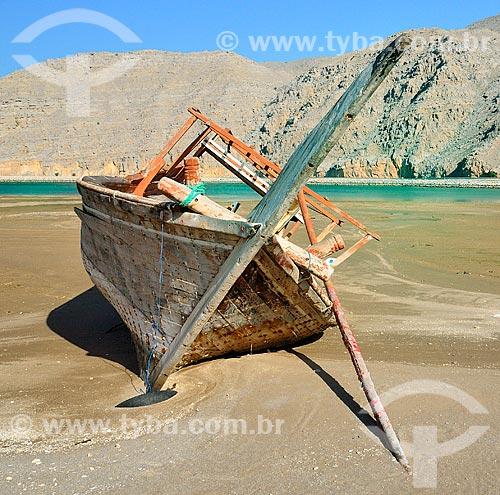 Assunto: Barco encalhado na Praia de Qadah  / Local: Distrito de Qadah - Musandam - Omã - Ásia / Data: 02/2011