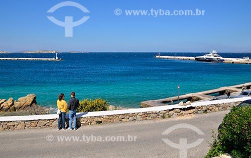 Assunto: Casal em frente a entrada do Porto de Míconos / Local: Ilha de Míconos - Grécia - Europa / Data: 04/2011