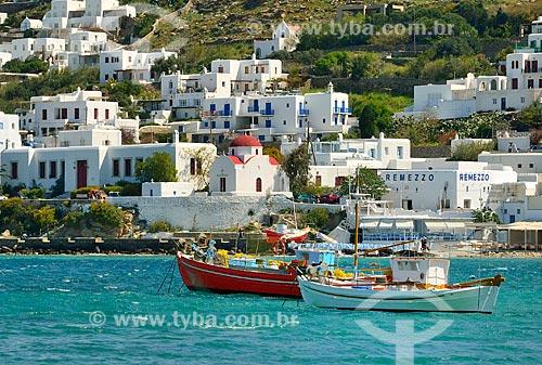 Assunto: Barcos no Mar Egeu com casas ao fundo / Local: Ilha de Míconos - Grécia - Europa / Data: 04/2011