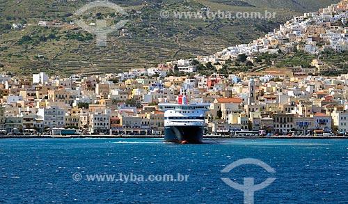 Assunto: Navio próximo à cidade de Hermópolis, também conhecida como Ermoupolis / Local: Ilha de Siro - Grécia - Europa / Data: 04/2011