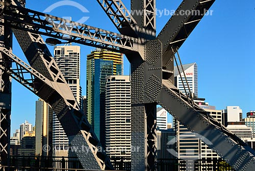 Assunto: Vista dos prédios entre a estrutura metálixa da Story Bridge / Local: Brisbane - Queensland - Austrália - Oceania / Data: 07/2011