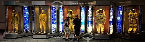 Assunto: Visitantes observam Trajes EVA (Extra Vehicular Activity) utilizado quando os astronáutas precisam fazer atividades fora da nave espacial / Local: Houston - Texas - Estados Unidos da América - América do Norte / Data: 09/2011