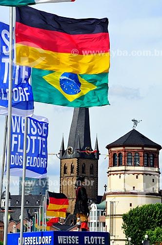 Assunto: Vista da praça Burgplatz - local onde existia um castelo até 1872 e resta apenas sua torre à direita - com a bandeira da Alemanha e do Brasil em primeiro plano / Local: Düsseldorf - Alemanha - Europa / Data: 07/2010