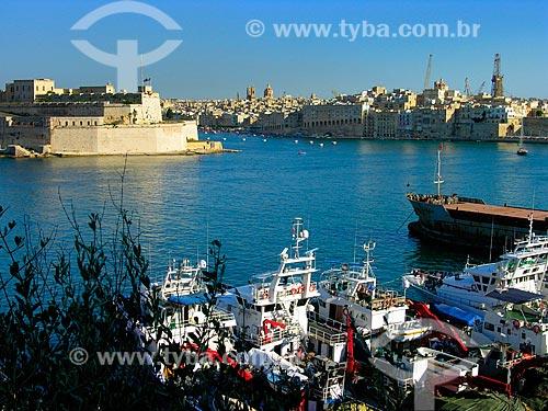 Assunto: Barcos atracados no Cais da Pedreira com o Forte de Santo Ângelo ao fundo / Local: Birgu - República de Malta - Europa / Data: 06/2008