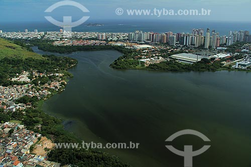 Assunto: Lagoa da Tijuca e Comunidade  Muzema á esquerda  / Local: Itanhangá - Rio de Janeiro (RJ) - Brasil / Data: 12/2012