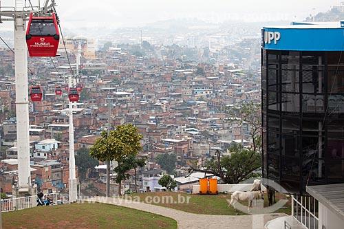 Assunto: Teleférico do Alemão - operado pela SuperVia - com o Complexo do Alemão ao fundo e com parte do prédio da Unidade de Policia Pacificadora (UPP) Fazendinha à direita / Local: Rio de Janeiro (RJ) - Brasil / Data: 11/2012