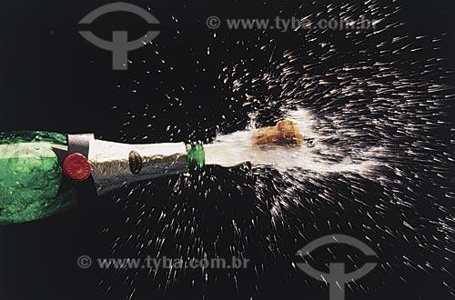 Assunto: Garrafa de champagne estourando / Local: Estúdio / Data: 09/2002