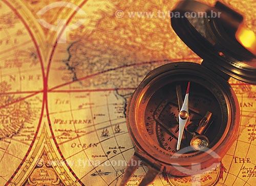 Assunto: Detalhe de bússola sobre mapa / Local: Estúdio / Data: 08/2002