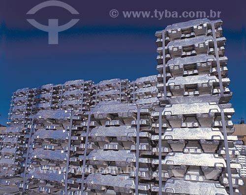 Assunto: Lingotes de alumínio obtidos através da reciclagem, no porto Ponta da Madeira / Local: São Luis - Maranhão (MA) - Brasil / Data: 09/2002