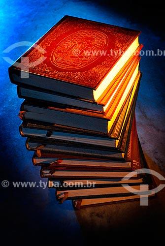Assunto: Livros antigos empilhados sobre uma mesa / Local: Rio de Janeiro (RJ) - Brasil / Data: 07/2007
