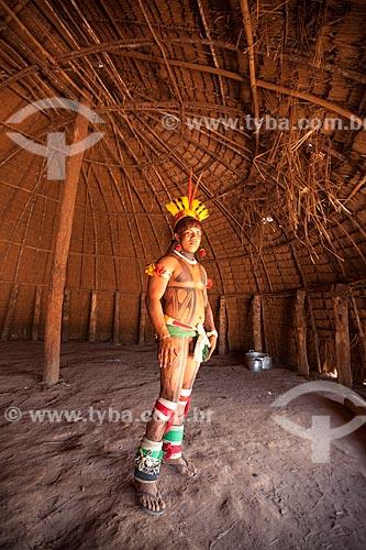 Índio Yawalapiti se preparando para o ritual do Kuarup no interior da maloca (oca) reservada aos homens denominada - Casa dos Homens - cerimônia deste ano em homenagem ao antropólogo Darcy Ribeiro - Imagem licenciada (Released 94) - ACRÉSCIMO DE 100% SOBRE O VALOR DE TABELA  - Gaúcha do Norte - Mato Grosso - Brasil