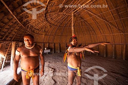 Cacique Aritana (esquerda) e seu irmão Pirakumã no interior da maloca (oca) reservada aos homens denominada - Casa dos Homens - na aldeia Yawalapiti durante o Kuarup - Imagem licenciada (Released 94) - ACRÉSCIMO DE 100% SOBRE O VALOR DE TABELA  - Gaúcha do Norte - Mato Grosso - Brasil