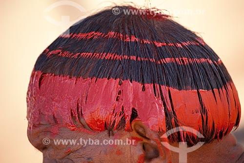 Índios Yawalapiti com pintura nos cabelos feita com urucum no Kuarup - cerimônia deste ano em homenagem ao antropólogo Darcy Ribeiro - Imagem licenciada (Released 94) - ACRÉSCIMO DE 100% SOBRE O VALOR DE TABELA  - Gaúcha do Norte - Mato Grosso - Brasil