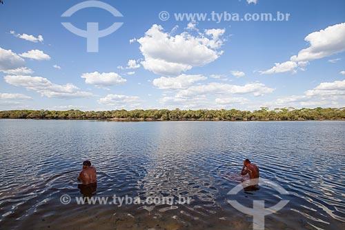 Índios Yawalapiti tomando banho no Rio Tuatuari se preparando para o ritual do Kuarup - cerimônia deste ano em homenagem ao antropólogo Darcy Ribeiro - Imagem licenciada (Released 94) - ACRÉSCIMO DE 100% SOBRE O VALOR DE TABELA  - Gaúcha do Norte - Mato Grosso - Brasil