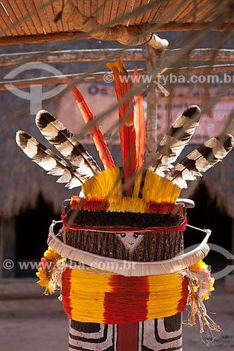 Kuarup, nome dado pelas tribos indígenas do Xingu à árvore nobre cujo tronco é cortado e adornado para representar os mortos que serão homenageados em ritual de mesmo nome - cerimônia deste ano em homenagem ao antropólogo Darcy Ribeiro - Imagem licenciada (Released 94) - ACRÉSCIMO DE 100% SOBRE O VALOR DE TABELA  - Gaúcha do Norte - Mato Grosso - Brasil