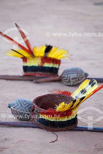 Tunacape (cocar) e chocalhos Yawalapiti utilizados durante o cerimonial do Kuarup - cerimônia deste ano em homenagem ao antropólogo Darcy Ribeiro - Imagem licenciada (Released 94) - ACRÉSCIMO DE 100% SOBRE O VALOR DE TABELA  - Gaúcha do Norte - Mato Grosso - Brasil