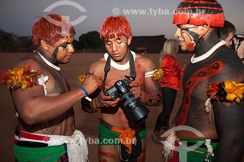 Índios Yawalapiti estudando máquina de fotografia durante Kuarup - cerimônia deste ano em homenagem ao antropólogo Darcy Ribeiro - Imagem licenciada (Released 94) - ACRÉSCIMO DE 100% SOBRE O VALOR DE TABELA  - Gaúcha do Norte - Mato Grosso - Brasil