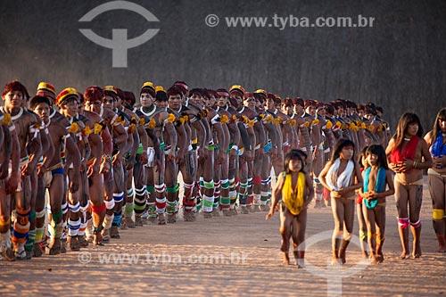 Crianças e mulheres a frente à direita, Índios Yawalapiti dançam o Kuarup - cerimônia deste ano em homenagem ao antropólogo Darcy Ribeiro - Imagem licenciada (Released 94) - ACRÉSCIMO DE 100% SOBRE O VALOR DE TABELA  - Gaúcha do Norte - Mato Grosso - Brasil