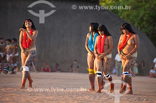Jovens índias Yawalapiti parecem envergonhadas por estarem nuas durante o ritual do Kuarup - cerimônia deste ano em homenagem ao antropólogo Darcy Ribeiro - Imagem licenciada (Released 94) - ACRÉSCIMO DE 100% SOBRE O VALOR DE TABELA  - Gaúcha do Norte - Mato Grosso - Brasil