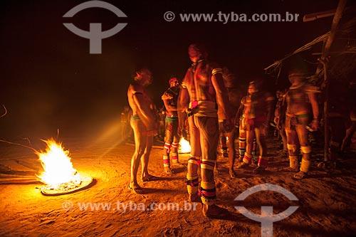 Índios fazem vigília por seus mortos em torno de tochas de fogo durante Kuarup - cerimônia deste ano em homenagem ao antropólogo Darcy Ribeiro - Imagem licenciada (Released 94) - ACRÉSCIMO DE 100% SOBRE O VALOR DE TABELA  - Gaúcha do Norte - Mato Grosso - Brasil