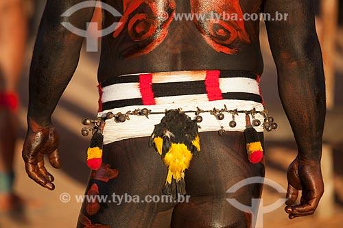 Índio Yawalapiti se preparando para o ritual do Kuarup com pintura e adorno corporal - cerimônia deste ano em homenagem ao antropólogo Darcy Ribeiro - Imagem licenciada (Released 94) - ACRÉSCIMO DE 100% SOBRE O VALOR DE TABELA  - Gaúcha do Norte - Mato Grosso - Brasil