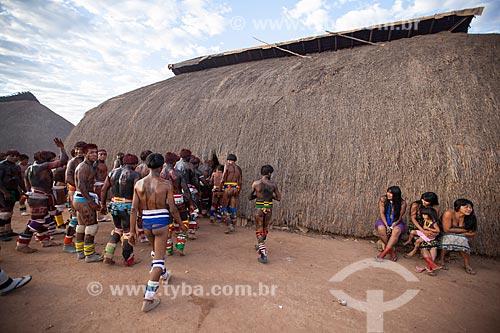 Índios entrando na Casa dos Homens durante o ritual do Kuarup momentos antes do início do Huka Huka - cerimônia deste ano em homenagem ao antropólogo Darcy Ribeiro - Imagem licenciada (Released 94) - ACRÉSCIMO DE 100% SOBRE O VALOR DE TABELA  - Gaúcha do Norte - Mato Grosso - Brasil