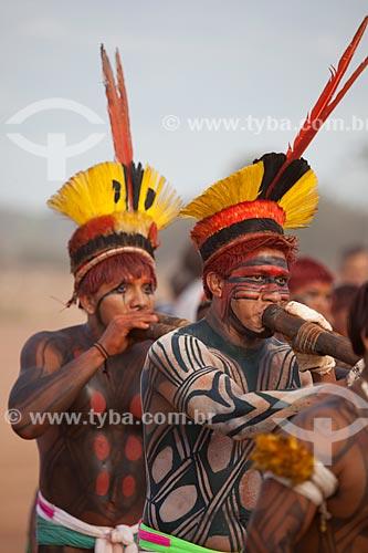 Índios correm em círculos e tocam a flauta uruá, em coreografia meio marcha, meio dança, como preparação para o Huka Huka, luta incorporada ao ritual do Kuarup - cerimônia deste ano em homenagem ao antropólogo Darcy Ribeiro - Imagem licenciada (Released 94) - ACRÉSCIMO DE 100% SOBRE O VALOR DE TABELA  - Gaúcha do Norte - Mato Grosso - Brasil