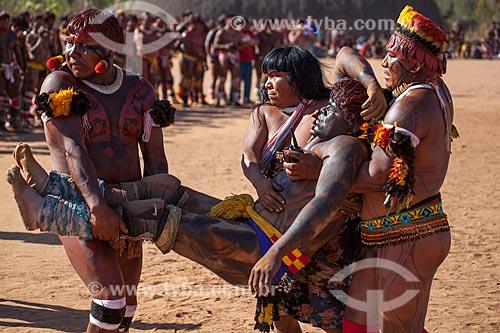 Índio é socorrido após passar mal durante Huka Huka, luta incorporada ao ritual do Kuarup - cerimônia deste ano em homenagem ao antropólogo Darcy Ribeiro - Imagem licenciada (Released 94) - ACRÉSCIMO DE 100% SOBRE O VALOR DE TABELA  - Gaúcha do Norte - Mato Grosso - Brasil