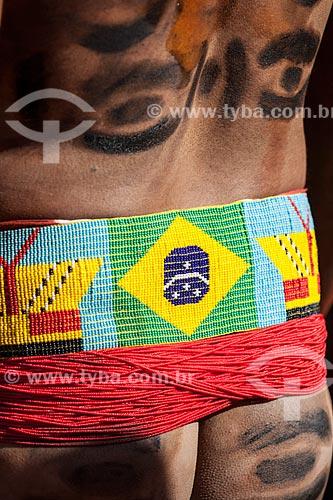 Cinturão indígena com bandeira do Brasil feito de miçangas durante o Kuarup - cerimônia deste ano em homenagem ao antropólogo Darcy Ribeiro - Imagem licenciada (Released 94) - ACRÉSCIMO DE 100% SOBRE O VALOR DE TABELA  - Gaúcha do Norte - Mato Grosso - Brasil