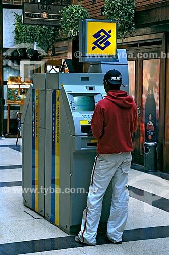 Assunto: Homem utilizando caixa eletrônico em shopping / Local: Vila Capivari - Campos do Jordão - São Paulo (SP) - Brasil / Data: 06/2006