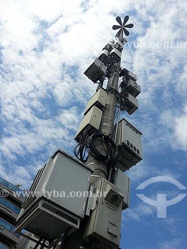 Assunto: Poste na Avenida Epitácio Pessoa com caixas de sistemas de controle de trânsito e antenas de telecomunicações / Local: Lagoa - Rio de Janeiro (RJ) - Brasil / Data: 11/2012