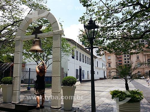 Assunto: Mulher tocando o sino do Marco da Paz no Pátio do Colégio / Local: Sé - São Paulo (SP) - Brasil / Data: 12/2012