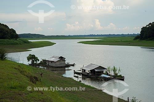 Assunto: Casas às margens de um lago na Região do Mamirauá / Local: Amazonas (AM) - Brasil / Data: 10/2007