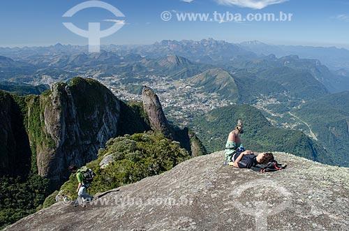 Assunto: Homem deitado no topo do Morro de São João com Nariz do Frade com verruga e Teresópolis ao fundo / Local: Teresópolis - Rio de Janeiro (RJ) - Brasil / Data: 09/2012