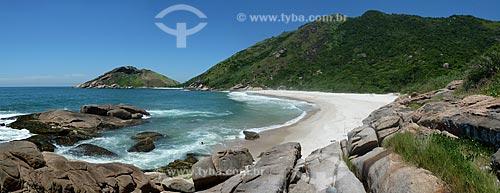 Assunto: Praia do Meio deserta com a Pedra da Tartaruga ao fundo / Local: Grumari - Rio de Janeiro (RJ) - Brasil / Data: 01/2011