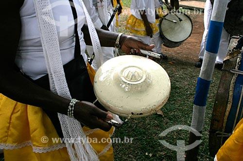 Assunto: Patangome - Instrumento musical utilizado em congada - feito de uma calota de automóvel / Local: Justinópolis - Minas Gerais (MG) - Brasil / Data: 10/2005