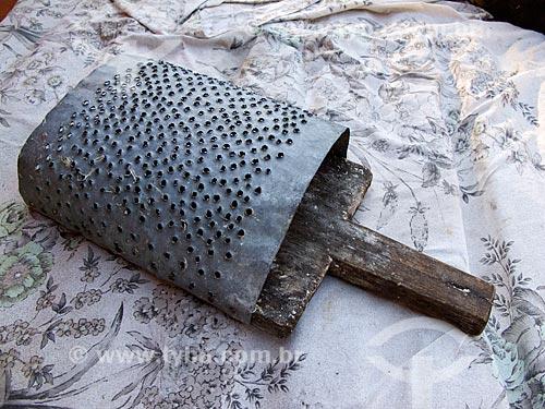 Assunto: Ralador artesanal / Local: Gonçalves - Minas Gerais (MG) - Brasil / Data: 08/2010