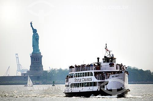 Assunto: Barca fazendo a travessia do Rio Hudson com a Estátua da Liberdade (1886) ao fundo / Local: Nova Iorque - Estados Unidos - América do Norte / Data: 06/2011