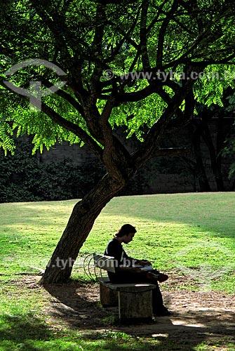 Assunto: Jovem lendo livro no Parque da Juventude  / Local: Santana - São Paulo (SP) - Brasil / Data: 11/2009