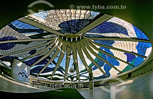 Assunto: Vista do interior da Catedral Metropolitana de Nossa Senhora Aparecida (Catedral de Brasília)  com anjos suspensos / Local: Brasília - Distrito Federal (DF) - Brasil / Data: 2001