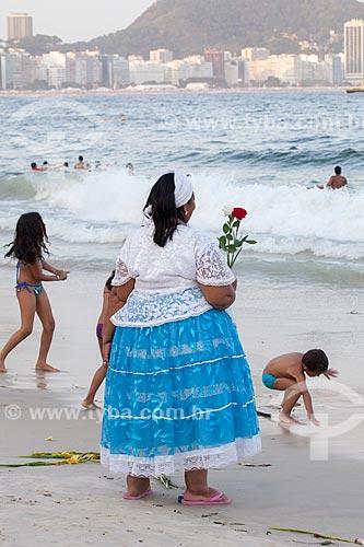 Assunto: Mulher jogando flores na Praia de Copacabana / Local: Copacabana - Rio de Janeiro (RJ) - Brasil / Data: 12/2012