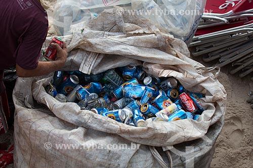 Assunto: Saco com latas de alumínio na Praia do Arpoador / Local: Ipanema - Rio de Janeiro (RJ) - Brasil / Data: 01/2013