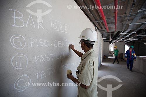 Assunto: Reforma do Estádio Jornalista Mário Filho - também conhecido como Maracanã - mestre de obras sinaliza na parede as etapas que precisam ser feitas naquele local / Local: Maracanã - Rio de Janeiro (RJ) - Brasil / Data: 12/2012
