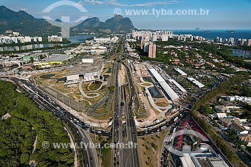 Assunto: Vista do Bosque da Barra, Cidade das Artes e terminal BRT (Bus Rapid Transit) à direita e Pedra da Gávea ao fundo / Local: Barra da Tijuca - Rio de Janeiro (RJ) - Brasil / Data: 12/2012