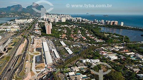 Assunto: Vista do terminal BRT (Bus Rapid Transit) e Pedra da Gávea ao fundo / Local: Barra da Tijuca - Rio de Janeiro (RJ) - Brasil / Data: 12/2012