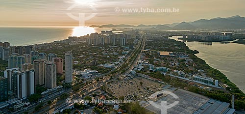 Assunto: Vista aérea da Avenida das Américas - à esquerda a Praia da Barra da Tijuca e à direita a Lagoa da Tijuca / Local: Barra da Tijuca - Rio de Janeiro (RJ) - Brasil / Data: 12/2012