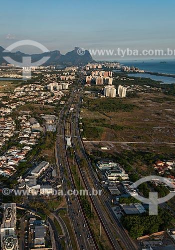 Assunto: Vista aérea da Avenida das Américas com as estações Golfe Olímpico e Rio Mar do BRT (Bus Rapid Transit) e a Pedra da Gávea no fundo / Local: Barra da Tijuca - Rio de Janeiro (RJ) - Brasil / Data: 12/2012